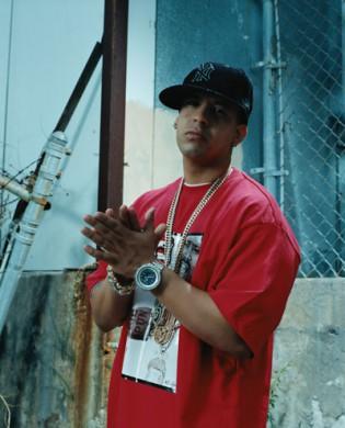 Daugelis reggaeton atlikėjų simbolinę atributiką pasiskolino iš JAV hip hop atlikėjų